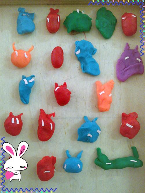 今天,宝宝们和老师一起用橡皮泥做了可爱的小兔