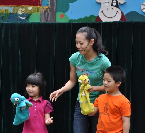 布袋木偶剧《聪明的乌龟》讲述了一只小乌龟通过智慧