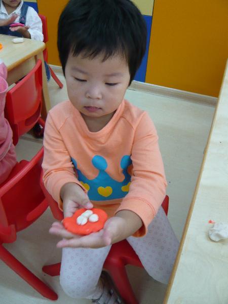 刚过完中秋节,小朋友们用橡皮泥创作了月饼.