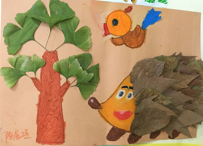陈展垣:在一个阳光灿烂的早上,小刺猬在银杏树下找食物,小鸟在枝头上