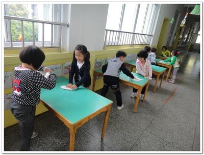 幼儿学擦桌子步骤图