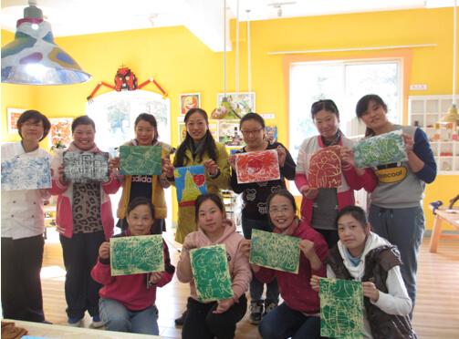 """创意美术是我园的特色活动之一,为了能让老师更加理解创意美术,参与到创美的设计、制作。我园与""""艺想天开""""活动室合作,派出两名教师参加培训,并将培训的成果带回,对园内老师进行分享。"""