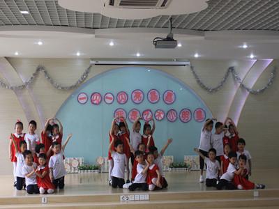 了木偶的不同种类:有幼儿园常用的小巧的布袋木偶;有