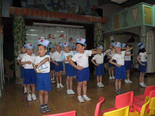 给孩子们送去祝福,并向幼儿园赠送锦旗表示了三年来对幼儿园,老师诚挚