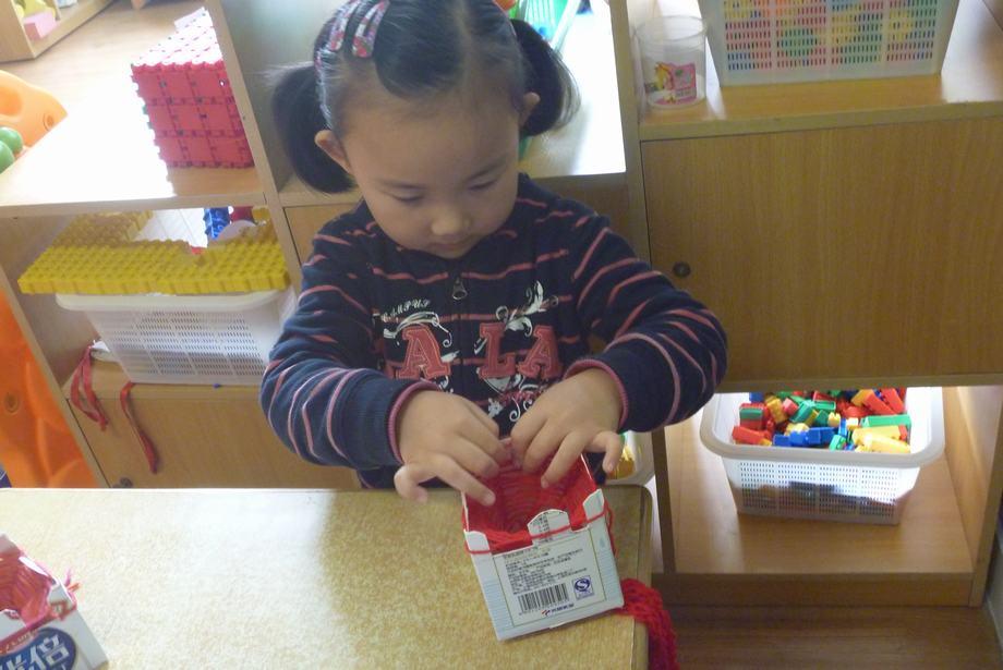 我们利用纸盒编织器织围巾和帽子