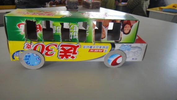 墙面,请爸爸妈妈和小朋友一起来制作一辆盒子汽车,可以用牙膏盒等纸盒