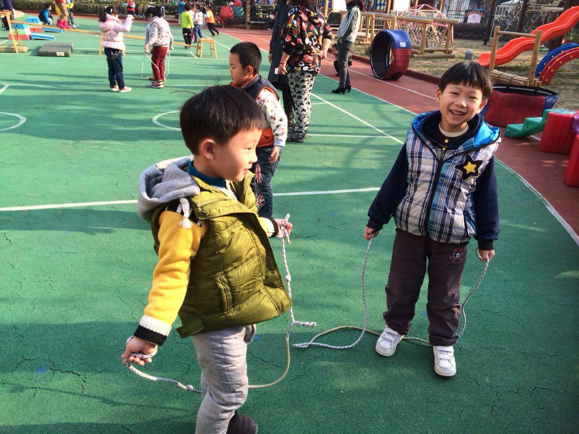 信息公开 家园共育    上午户外活动的时候,我带着小朋友们到操场上