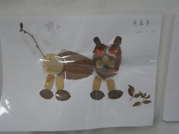 这是卓卓和姥姥,姥爷一起拼的树叶贴画,看出来是什么小动物了吗?