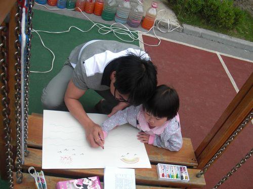 和爸爸妈妈一起画画真开心!
