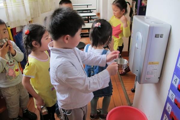 幼儿排队喝水卡通图片