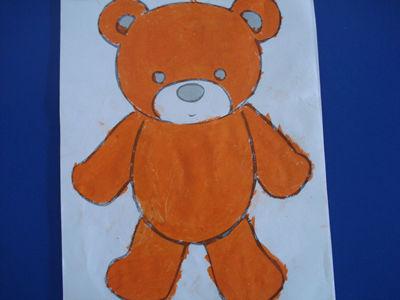 幼儿说:我给小熊穿上了漂亮的衣服,小熊好开心奥!