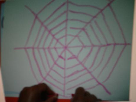 2,同样的办法,右手放在纸的右边,用左手印 活动名称:蜡笔画——蜘蛛网