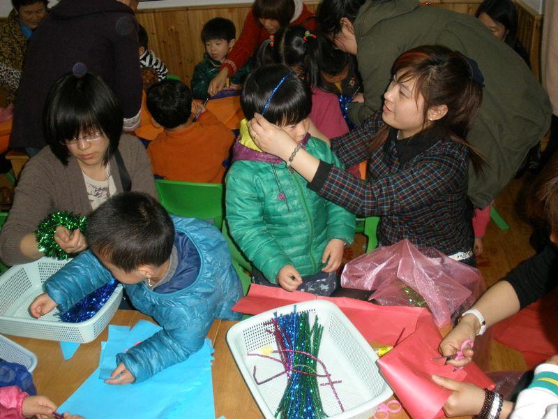 、7日、8日三天,小中大三个年龄段一系列的亲子活动在幼儿园的各个角落组织开展。有的小班弟弟妹妹们为妈妈奶奶们制作漂亮的大红花,当家长们收到这份礼物时,每个大人的脸上都洋溢着幸福的笑容。有的中班弟弟妹妹们开展包馄饨的亲子活动,孩子们一边学一边做,最后把自己做的馄饨喂给家长们品尝时,相信一定给家长带来了难忘的美好记忆。最精彩的还要数大班哥哥姐姐的环保时装秀,小朋友们和妈妈奶奶们一起开动脑筋,把旧报纸、塑料袋等材料变成一件件美丽的衣服。