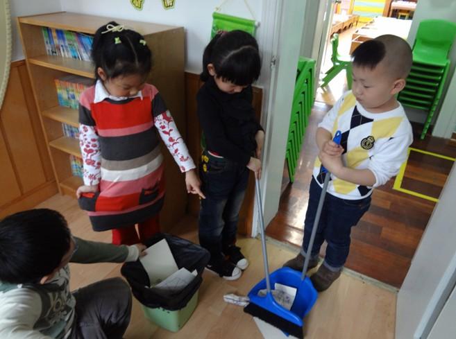 老师把幼儿园孩子丢垃圾桶图片