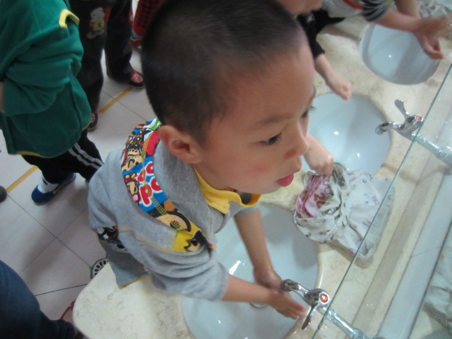 本月童星  2月童星——叶文浩     你是一个活泼,可爱的小男孩.