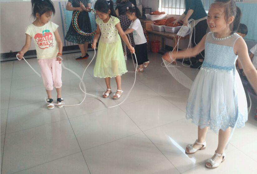 2018年6月11日斯恒幼儿园斯恒幼儿园小朋友与同伴愉快的跳绳.jpg
