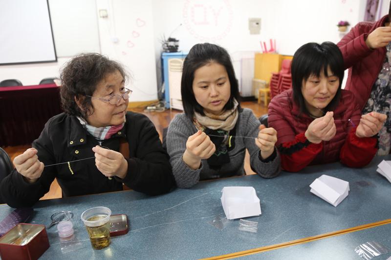 五彩珠子编织美好心情——记启英幼儿园后勤女职工