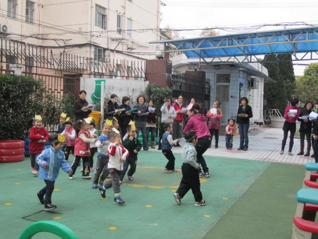 """2011年12月6日,我园小班年级组向我园开展了教研展示活动。以""""小班运动活动中的环境创设""""为研究重点,结合我园大教研的运动研究主题""""同种运动材料在不同年龄段的玩法"""",设计了""""小猫滚球""""这节教学活动。在教学活动的实施过程中,小班年级组创设了小猫玩滚球游戏的有趣情境,并在运动器材的投放中,创设了三条不同的小路:山洞、小桥和山坡,体现出了三种不同的层次性。在用栅栏来区分出运动区域,这个运动场景给人颜色鲜艳,内容丰富的感觉,使得幼儿的运"""