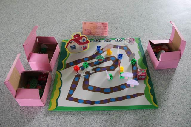 """近期,青苹果幼儿园开展了教师""""自制棋""""比赛活动,教师遵循棋类活动的益智性,乐趣性等特点,设计了各种形式多样,幼儿喜欢的好玩耐玩的自制棋。其中有主题背景下的交通棋,有以幼儿园标志为主的苹果棋,有好玩的富有趣味的小鱼棋、小兔棋,还有益智动脑的憋死牛棋等。园长华建红对教师的自制棋给予了高度评价,自制棋发挥了教师的聪明才智和想象力,也开拓了我园棋类特色的思路。"""