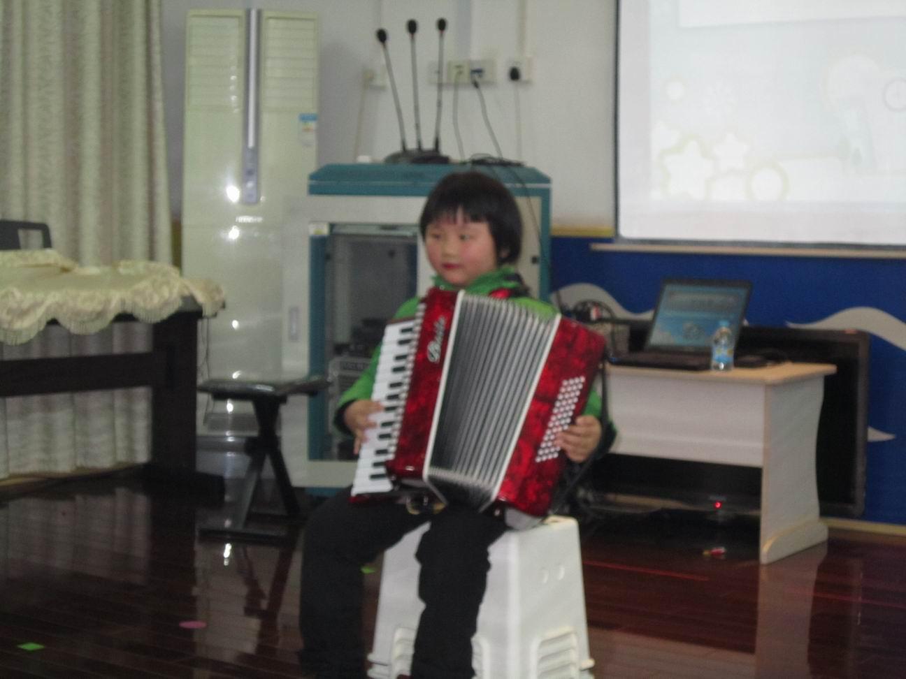 怎样拉手风琴 拉手风琴 手风琴曲拉兹之歌简谱