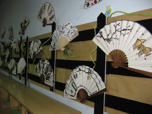 幼儿园美术作品布置图片大全 幼儿园走廊环境布置之美术作高清图片